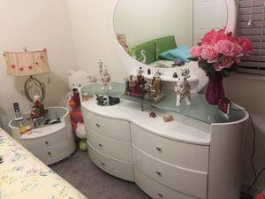 Cómoda con espejo y nightstand for Sale in Miami, FL
