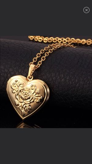 New 18k gold locket photo heart necklace for Sale in Buford, GA