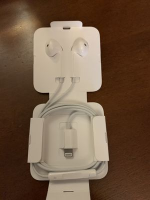 Apple earbuds NOT WIRELESS NOT BLUETOOTH for Sale in Macomb, MI