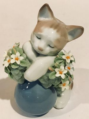 "LLADRO # 6567 Dreamy ""SLEEPY KITTEN"", Figure Figurine Retired, Rare In Box. Is in Excellent Condition but has two mynutely chipped petals right under for Sale in Cromwell, CT"