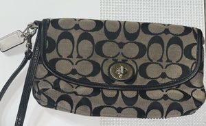 Coach Medium Wristlet —Great Condition for Sale in Florissant, MO