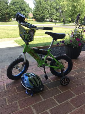 "Boys 12"" DynaCraft Hot Wheels Bike w/ FREE Schwinn Helmet for Sale in Bedford, VA"