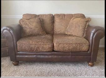 Love seat excellent condition for Sale in West Point,  UT