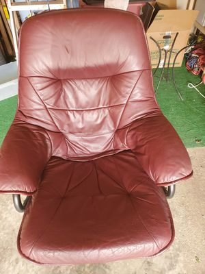 LEATHER BURGANDY CHAIR for Sale in Sioux City, IA