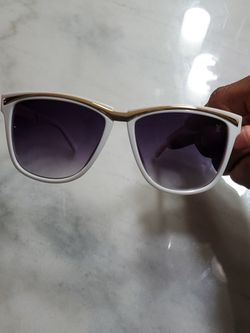 Woman Louis Vuitton Sunglasses for Sale in Clinton,  MD