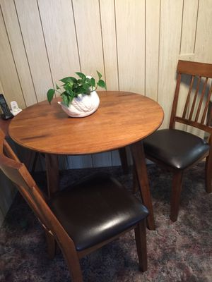 Very nice table and 2 chairs on great condition. for Sale in Hemet, CA