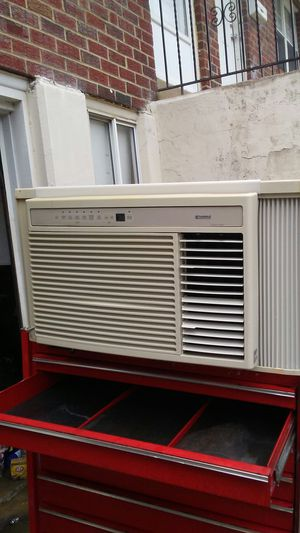 11800 btu window ac for Sale in Chester, PA