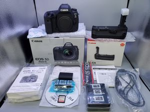 Canon 5d mark IV and grip (3k Shutter counts) for Sale in Glendale Heights, IL