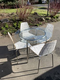 Table And Chairs for Sale in Mountlake Terrace,  WA
