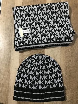 Michael Kors Knit Hat & Scarf (Size Small) for Sale in Fresno, CA