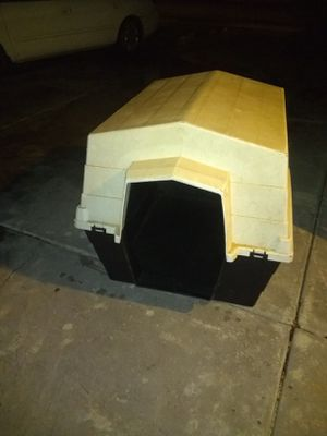 Lg dog house / or kennel No front door In good shape for Sale in Glendale, AZ