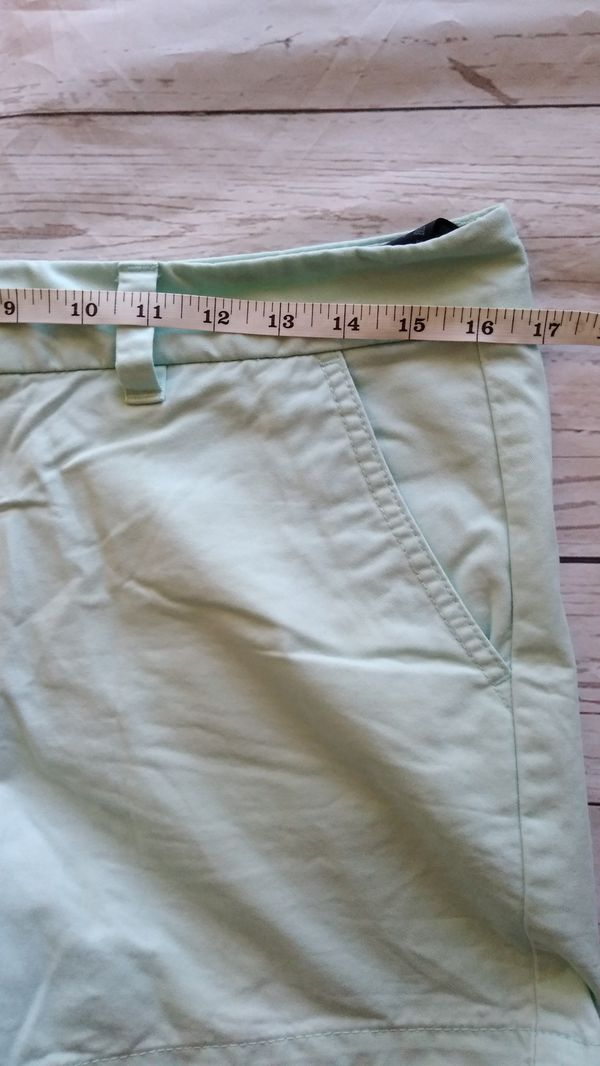 Beautiful Tommy Hilfiger Shorts , women's size 6 ( excellent condition )