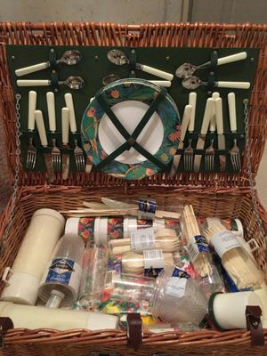 Picnic set and basket for Sale in Delaware, OH