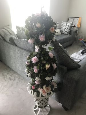 Three tier flower stand with white vase for Sale in Kissimmee, FL