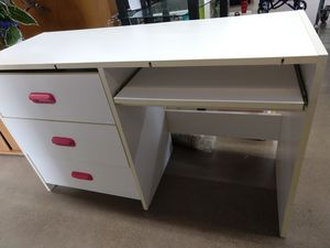 White and pink girls desk sturdy and in great condition for Sale in Columbus, OH
