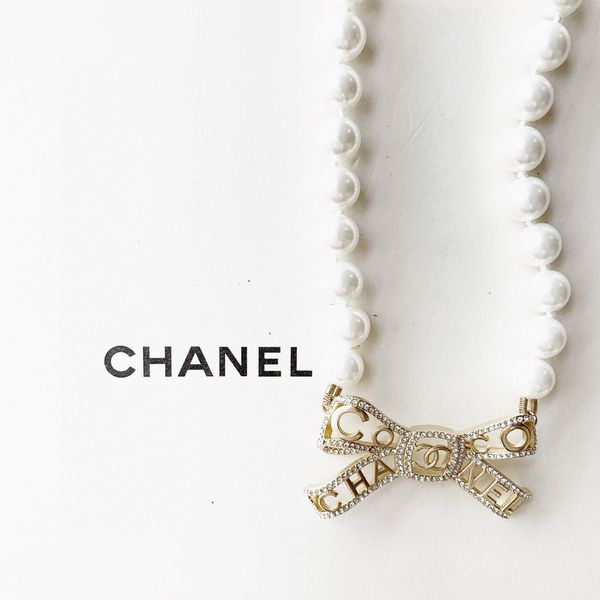 chanell pearl necklace