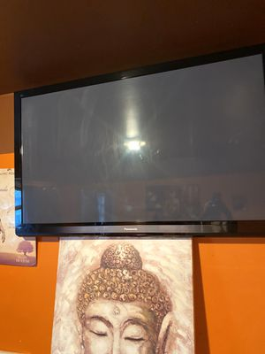60 inch Tv 250 WORKS FINE WITH WALL MOUNT for Sale in Philadelphia, PA