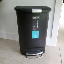 *PENDING* 50L Trash Can With Step for Sale in Miami,  FL