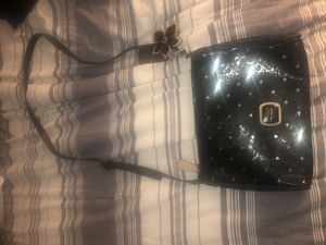 GUESS BLACK AND SILVER SIDE SLING BAG for Sale in Miami Gardens, FL