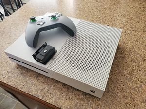 Like New 500GB Xbox One S w/ 3 Months Xbox Live, Madden 20 & Forza Motorsports 7 .. Rechargeable battery pack. for Sale in Conyers, GA