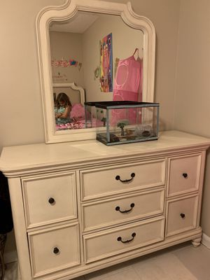 Beige dresser with mirrors for Sale in Fort Lauderdale, FL