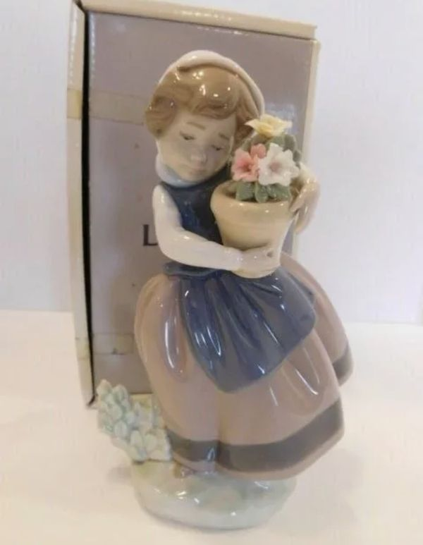 LLADRO SPAIN SPRING IS HERE NO 5223 GIRL WITH FLOWERS PORCELAIN FIGURINE IN BOX