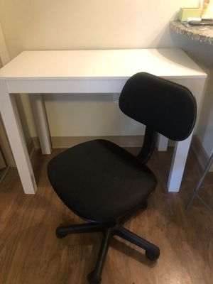 Great white desk & chair combo for Sale in Tuscaloosa, AL