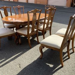 Gorgeous Tiger Oak Dining Set - Delivery Available for Sale in Tacoma,  WA