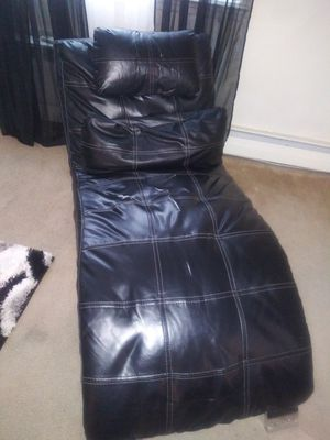 Black chaise lounge (has damage) for Sale in Morrisville, PA