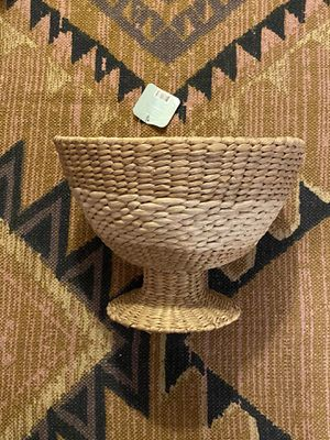 NWT LARGE WICKER WOVEN BASKET WITH PEDESTAL for Sale in Tacoma, WA