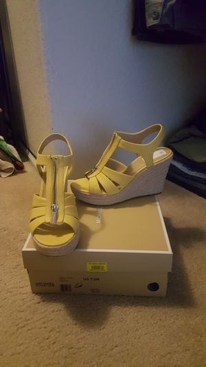 Michael kors size 8,canvas yelow for Sale in Tolleson, AZ