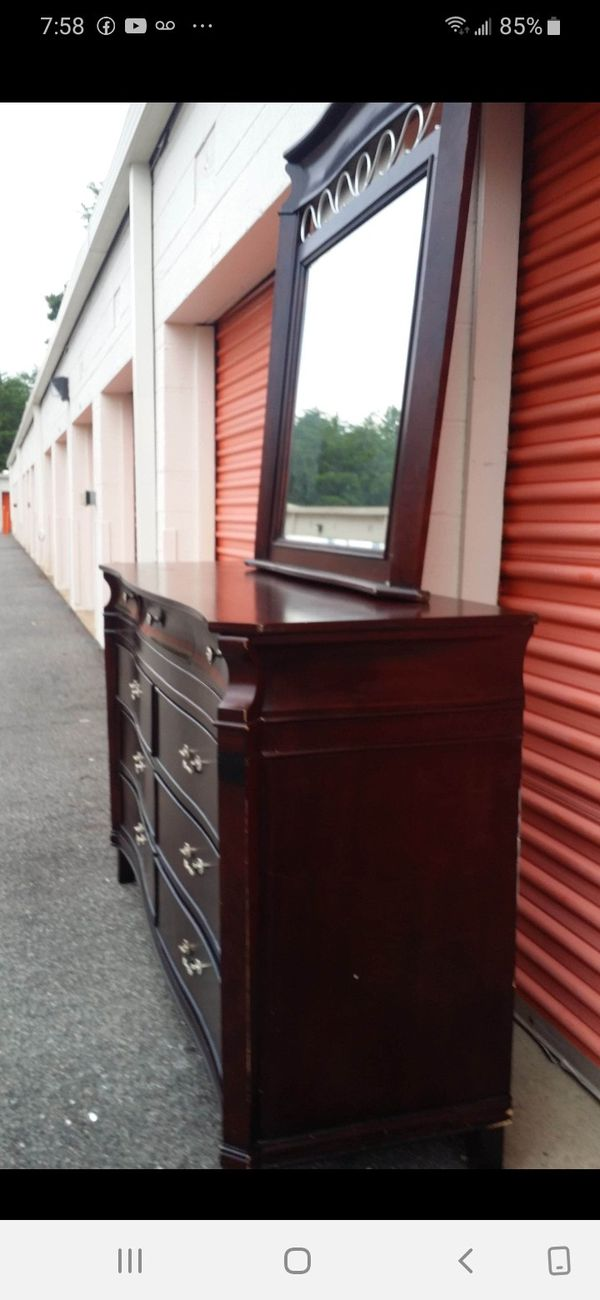 SET SOLID WOOD LONG DRESSER, 6 BIG DRAWERS 2 SMALL DRAWERS, BIG MIRROR AND NIGHTSTAND ALL DRAWERS SLIDING SMOOTHLY EXCELLENT CONDITION