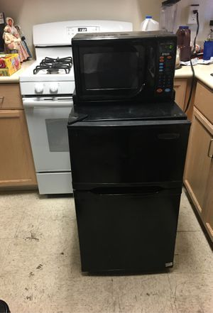 Mini fridge with attached microwave that can be removed for Sale in Long Beach, CA