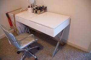 Porsha desk vanity set with mirror for Sale in Atlanta, GA