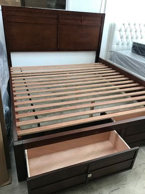 CALIFORNIA KING SIZE BED (MATTRESS INCLUDED) for Sale in Lynwood, CA