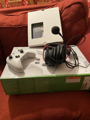 Xbox One S HyperX Wired Headset 2 Xbox One Wireless Controllers for Sale in Miami, FL