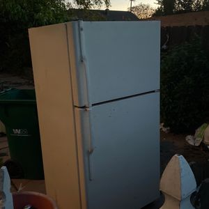 Free Metal Refrigerator and stove for Sale in Oakland, CA