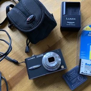 LUMIX Panasonic Camera DMC-FX30 with 4 Batteries, Recharger and Case for Sale in Seattle, WA