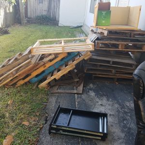 Free pallets first come first serve for Sale in Fort Lauderdale, FL