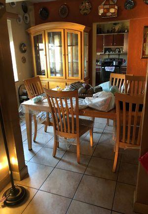 Dining room set with hutch Great condition for Sale in Miami, FL