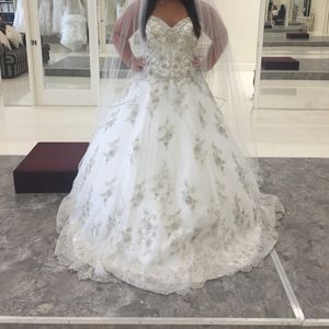 Wedding Gown. Brand new. Never worn. Paid 2000 selling for $500. Sz 12 not altered so about sz 8 in street size for Sale in Tempe, AZ