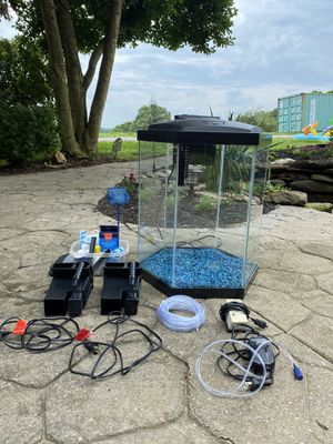 35 gallon octagon fish tank for Sale in Eldersburg, MD