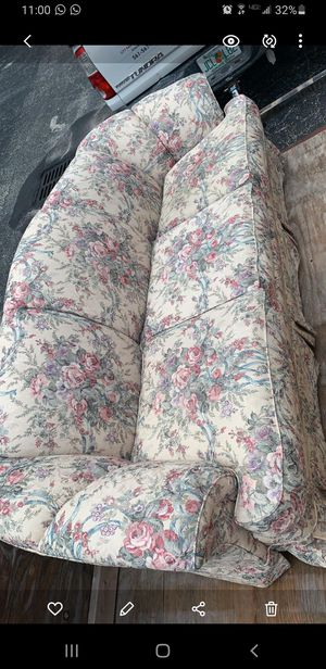 Comfortable floral couch for Sale in Aloma, FL