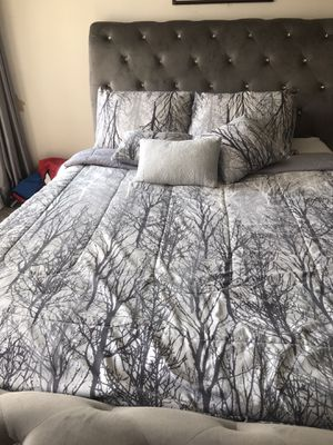 Queen size bed cover with 4 pillows cases, for Sale in Alexandria, VA