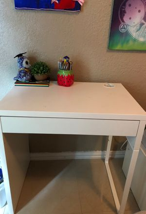 Small computer desk for Sale in Cleveland, TX