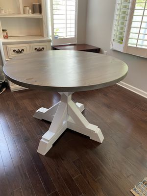 Round pedestal table for Sale in Knightdale, NC