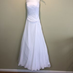 Davids Bridal A-Line Sheer Beaded Wedding Dress in White Chiffon Flow Size 6 for Sale in New Market, MD