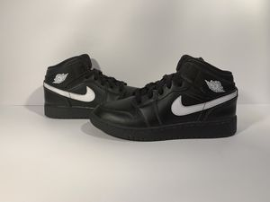 Jordan 1 Mid Black/White Spackle Size 5.5Y for Sale in Mastic, NY