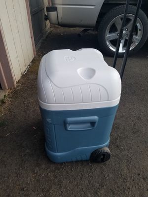 IGLOO cooler with wheels and handle for Sale in Tualatin, OR