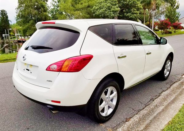 Nissan white model Murano 2010